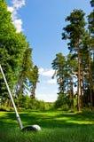 Heurter la bille de golf sur le parcours ouvert Images libres de droits