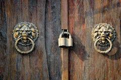 Heurtoir antique sur la vieille porte en bois Photo stock