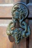 Heurtoir de porte antique sur une porte en bois image stock