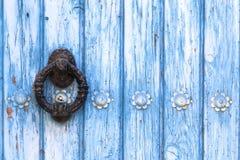 Heurtoir de porte dans la vieille porte bleue Photo libre de droits