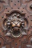 Heurtoir de trappe antique de tête de lion sur la trappe en bois Image libre de droits