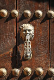 Heurtoir en laiton sur la porte en bois du chêne, province de Ronda, Malaga, Espagne Photo libre de droits
