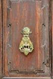 Heurtoir ou marteau de porte de cru photo stock