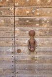 Heurtoir pour frapper sur un vieux brun en bois de porte Photographie stock