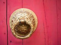 Heurtoir sur la porte rouge traditionnelle chinoise, style chinois Images libres de droits