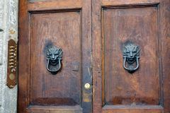 Heurtoirs de porte principaux de lions, Rome Photo stock