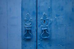 Heurtoirs de porte sur la porte bleue à Lisbonne, Portugal images stock