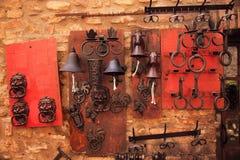 Heurtoirs de trappe en laiton Bells San Gimignano Italie image stock