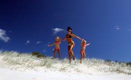 Heurtons la plage ! Image stock