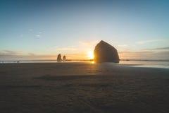 Heuschober-Felsen bei Sonnenuntergang im Kanonen-Strand, Oregon Stockbild