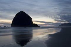Heuschober-Felsen am Kanone-Strand-Oregon-Abend Lizenzfreie Stockfotos