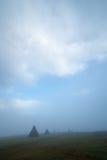 Heuschober im Nebel Lizenzfreie Stockfotos