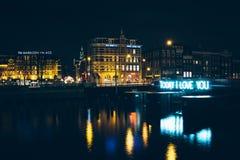Heute unterzeichnen Sie ich liebe dich und Gebäude entlang Prins Hendrikkade stockfoto