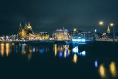 Heute unterzeichnen Sie ich liebe dich und Gebäude entlang Prins Hendrikkade in Amsterdam, die Niederlande lizenzfreie stockbilder