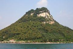 Heuvel bij Garda-stad van Meer Garda wordt bekeken die Stock Fotografie