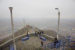 Heuvel Cerro San Cristobal in de mist Lima Peru stock fotografie