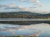 Heuvel door het meer Stock Afbeelding