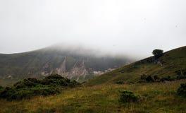 Heuvel in een mist royalty-vrije stock fotografie