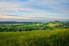 Heuvel en blauwe hemel in Beaujolais, Frankrijk Stock Foto