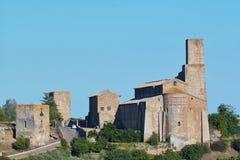 Heuvel en kerk van San Pietro in tuscania Stock Foto