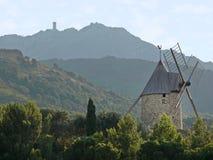 Heuvel en windmolen Royalty-vrije Stock Afbeeldingen