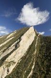 Heuvel en wolk stock afbeeldingen