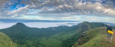 Heuvel en wolk bovenop de berg stock fotografie