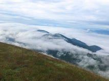 Heuvel en wolk bovenop de berg royalty-vrije stock fotografie