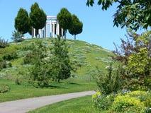 Heuvel met bloemen en bomen en kunstwerk Royalty-vrije Stock Foto