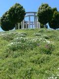 Heuvel met bloemen en bomen en kunstwerk 2 Royalty-vrije Stock Afbeelding