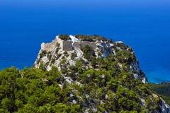 Heuvel met de ruïnes van het middeleeuwse kasteel van de Orde van de Ridders Stock Afbeelding
