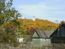 Heuvel met gele bomen in Russisch dorp Stock Foto's
