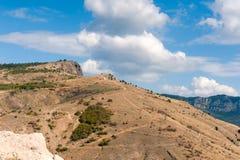 Heuvel met wegen onder wolken Royalty-vrije Stock Afbeeldingen