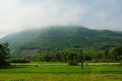 Heuvel in mist in Vietnam wordt behandeld dat royalty-vrije stock fotografie
