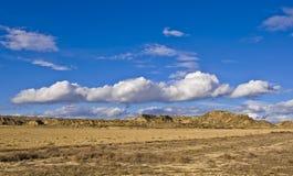 Heuvel onder de bewolkte hemel stock afbeelding