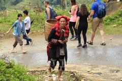 Heuvel stammenverkopers langs de hoofdstraat van Sapa op 21 September, 2015, Sapa, Vietnam Sinds Stock Afbeeldingen