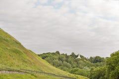 Heuvel van drie kruisen in de zomer stock afbeelding