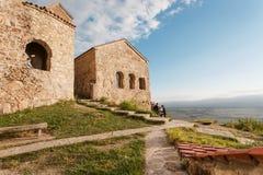 Heuvelbovenkant met mensen die het oude Christelijke klooster Nekresi y ontdekken Royalty-vrije Stock Afbeeldingen