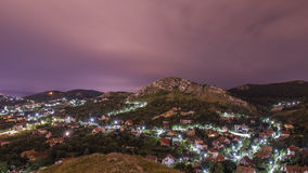 Heuvelig dorp met nachthemel Royalty-vrije Stock Fotografie