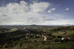 Heuvelig gebied van Zagorje in de vroege herfst met partij van dorpen en bergen in afstand stock afbeeldingen