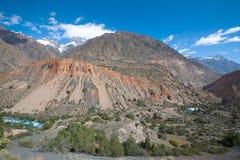 Heuvelig landschap in de Ventilatorbergen Pamir tajikistan stock foto