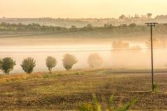Heuvelig landschap met ochtendmist in de valleien stock afbeelding