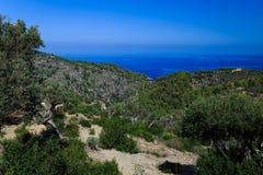 Heuvelige, bergachtige omgeving door het overzees stock afbeeldingen