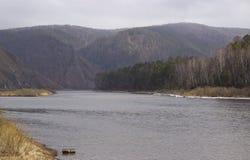 Heuvelige kust van de rivier in de vroege lente royalty-vrije stock foto's