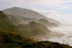 Heuvelige kustlijn Stock Afbeeldingen