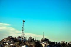 Heuvelpost, toren en bergen Stock Afbeeldingen