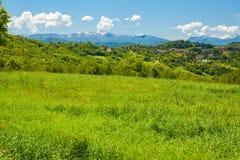 Heuvels en de Italiaanse Apennijnen op een zonnige dag royalty-vrije stock afbeeldingen