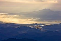 Heuvels en nevelig in de ochtend bij kunsatarn, Nan, Thailand. Stock Afbeeldingen