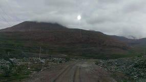 Heuvels en vulklei op een bewolkte hemel stock afbeelding
