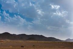 Heuvels met lavadagzomende aardlagen in de woestijn van Saudi-Arabië royalty-vrije stock afbeeldingen